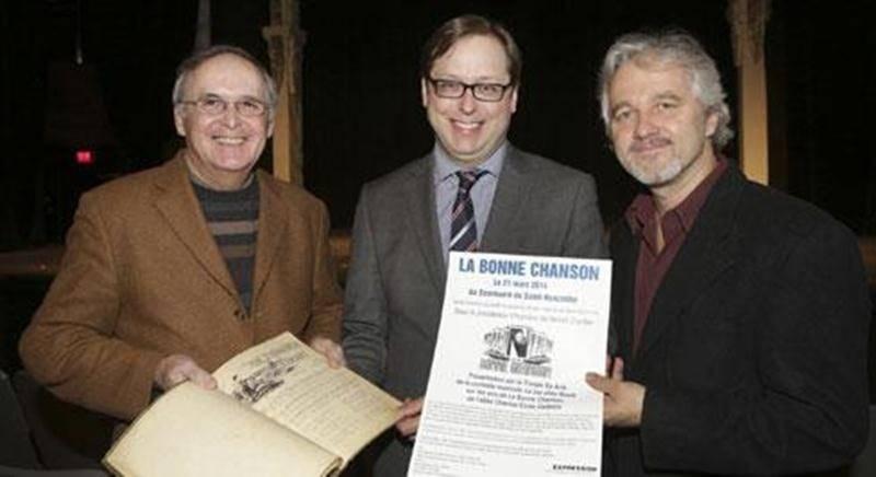 Benoit Chartier, éditeur du Courrier de Saint-Hyacinthe assume la présidence d'honneur de la soirée-bénéfice mettant en lumière l'oeuvre de l'abbé Charles-Émile Gadbois. Il pose avec Jean-Marie Pelletier, président d'EXPRESSION (à gauche) et de Marcel Blouin, directeur d'EXPRESSION (à droite).
