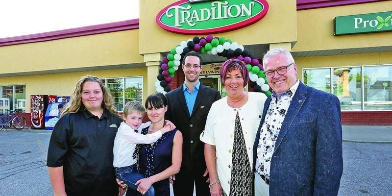 La famille Martel est fière d'offrir à ses clients une plus grande variété de produits dans son épicerie fraîchement rénovée et agrandie.  Photo Robert Gosselin | Le Courrier ©