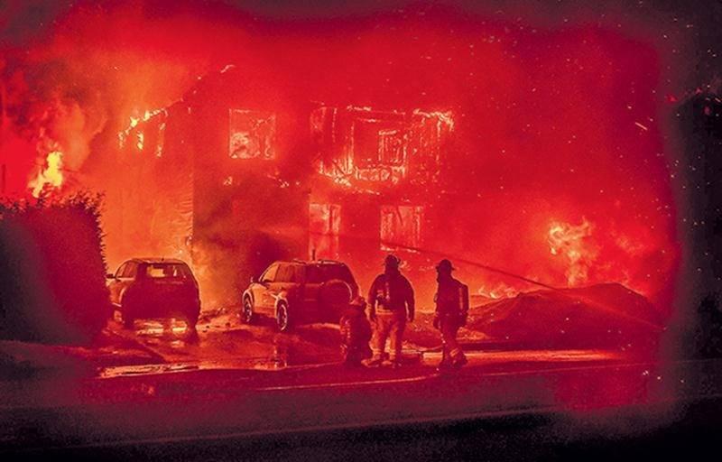 Les pompiers ont enfin maîtrisé l'incendie vers 7 h 30 dimanche, mais n'ont rien pu faire pour sauver les deux triplex touchés. Photos Guy Lapointe