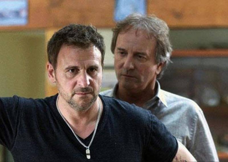 Steve Bélanger (Patrick Huard) doit faire face aux questions embarrassantes de Pierre Gauthier (Michel Côté).