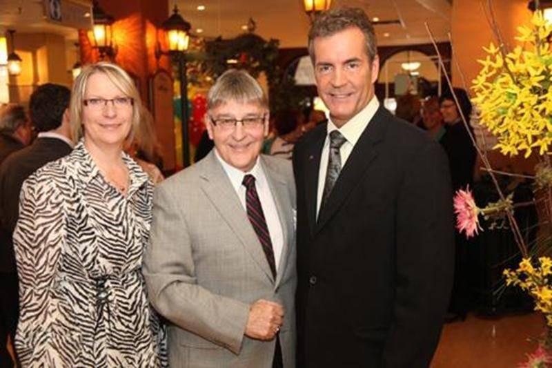 La nouvelle directrice générale, Christine Poirier, le nouveau retraité, Roger Duceppe, et le président du conseil d'administration de la Fondation Aline-Letendre, Michel Gagné.