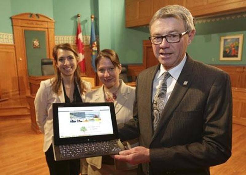 Le maire de Saint-Hyacinthe, Claude Corbeil, a dévoilé les nouveautés « Web » à la Ville en compagnie de Joëlle Jetté, chef de la division Relations publiques et de Brigitte Massé, directrice des Communications (au centre).