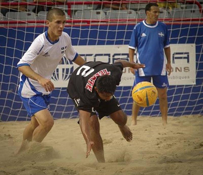 Joé Lachambre (à gauche), de Saint-Denis-sur-Richelieu, lors d'une rencontre au tournoi international de <em>beach soccer</em> de Montréal, à la mi-août.