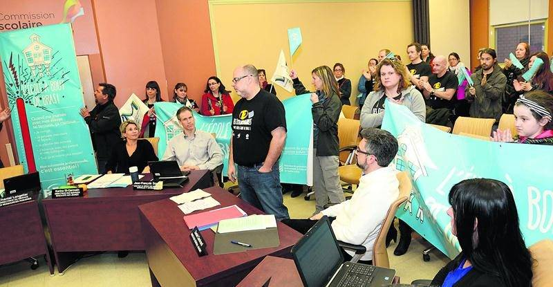 Une centaine d'enseignants de la CSSH ont manifesté leur désaccord face aux négociations de la convention collective lors du conseil des commissaires, mardi.  Photo François Larivière | Le Courrier ©