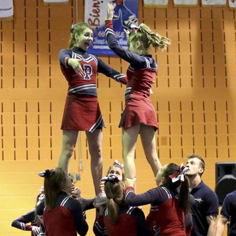 Les Patriotes de l'École secondaire Saint-Joseph en pleine action au Cheerfest.