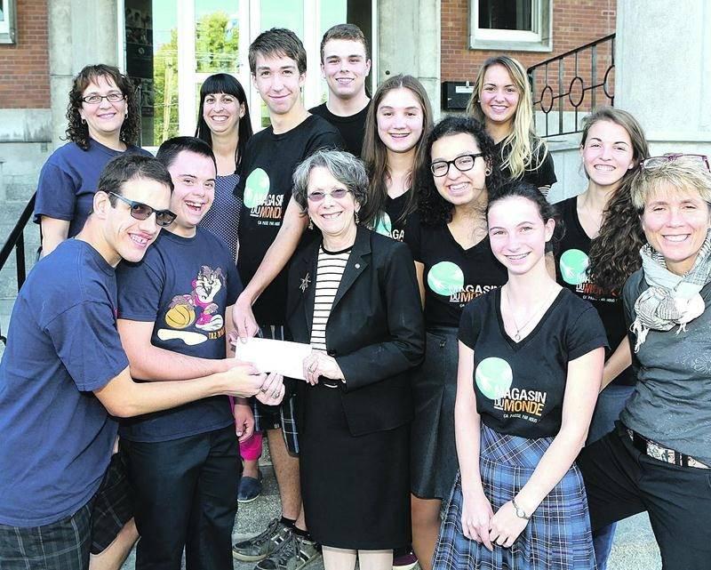 Les étudiants responsables du Magasin du monde de l'ESSJ ont remis 1 000 $ à l'organisme MALI grâce aux profits dégagés par la vente de produits équitables. Photo Robert Gosselin   Le Courrier ©