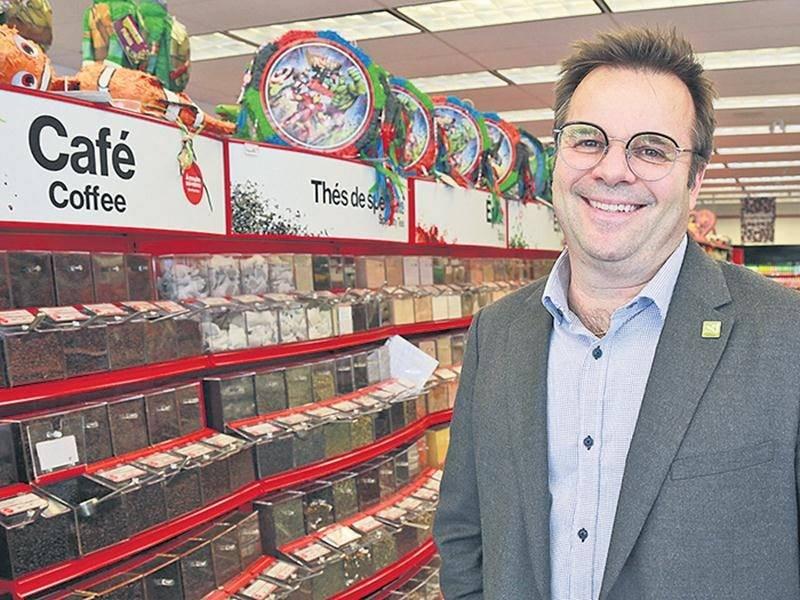 Claude Rainville, directeur du développement commercial à Saint-Hyacinthe Technopole se félicite de l'arrivée en Ville de Bulk Barn, un détaillant d'aliments en vrac installé sur l'avenue Cusson.