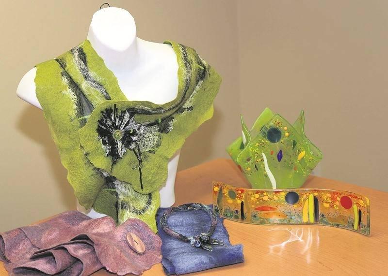 Quelques produits que vous retrouverez au Salon des métiers d'art : des foulards confectionnés par Mireille Lynch à gauche, des décorations en verre fusion par Line Gagnon à droite, et des bijoux faits à partir de verre par Muriel Duval au centre.  Photo Robert Gosselin   Le Courrier ©