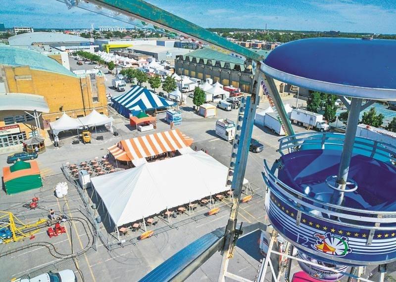 La grande roue est prête à accueillir les visiteurs dès aujourd'hui midi sur le site de l'Expo. Photo François Larivière | Le Courrier ©