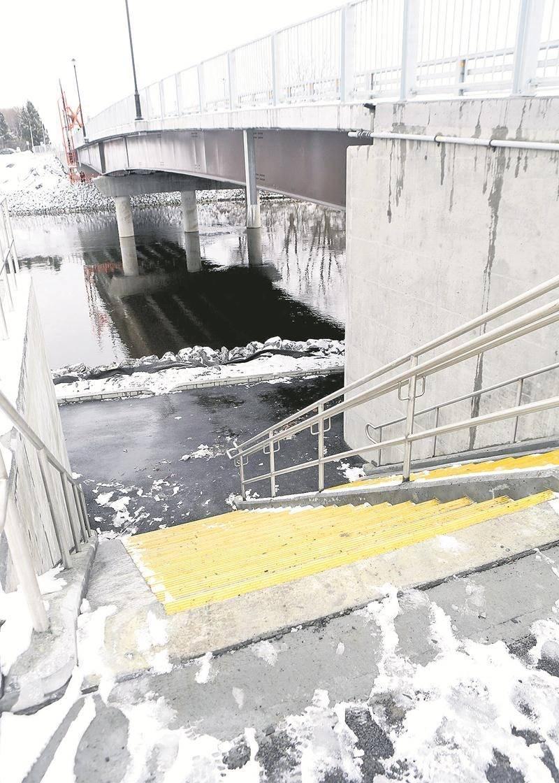 Le conseiller Denis considère que la Ville n'aurait pas dû accepter la construction d'un escalier pour créer le lien entre la promenade Gérard-Côté et la piste du pont Bouchard.   Photo Robert Gosselin   Le Courrier ©