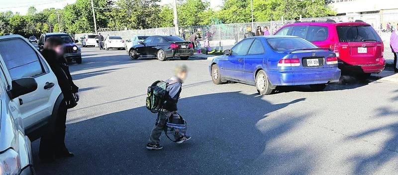 Les parents qui viennent déposer en voiture leurs enfants à l'école Douville devraient les faire descendre du côté trottoir (pour emprunter ensuite un passage pour piétons) plutôt que directement sur la chaussée. Photo Robert Gosselin | Le Courrier ©