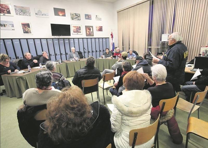Le conseil municipal de Sainte-Marie-Madeleine a vécu une autre rencontre houleuse le 13 mars.  Photo Robert Gosselin   Le Courrier ©