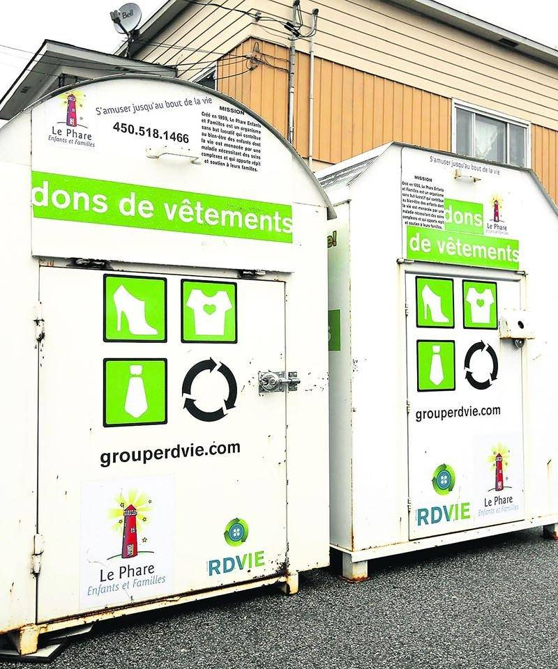 La Ville de Saint-Hyacinthe veut mettre de l'ordre dans le système des bacs de récupération de vêtements à des fins charitables. Photo Robert Gosselin | Le Courrier ©