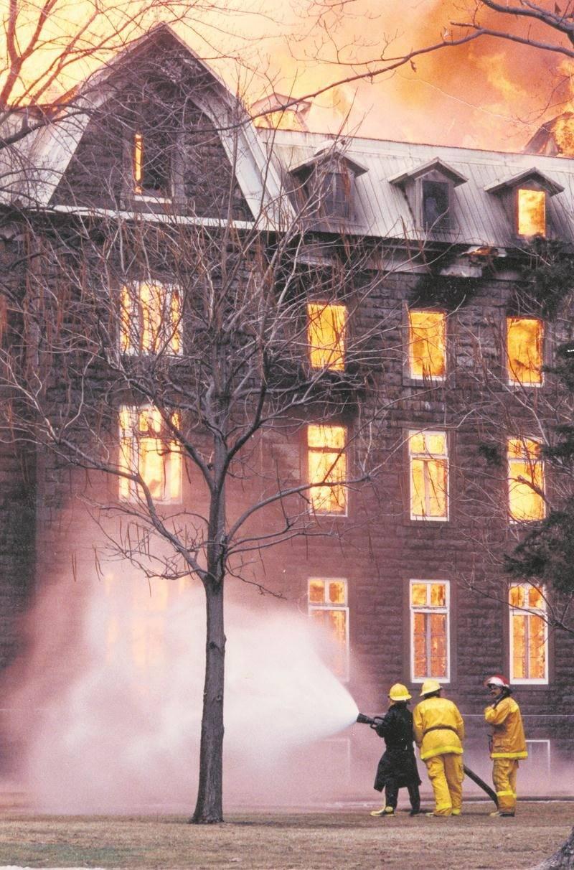 L'incendie était rapidement devenu hors de contrôle comme en témoigne cette photo. Photothèque | Le Courrier ©