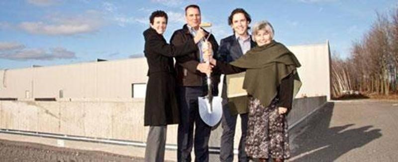 Sur la photo, les dirigeants de l'entreprise Les Aliments Whyte's en compagnie de Doris Gosselin, mairesse de Saint-Louis, lors de la pelletée de terre annonçant l'agrandissement de leur usine de Saint-Louis.