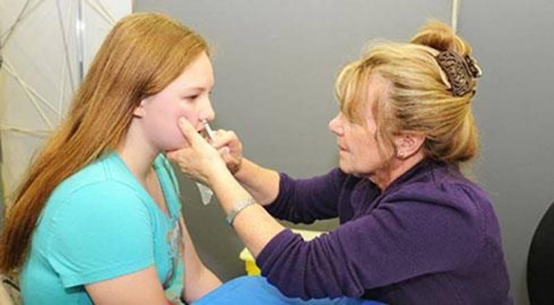 Cette année, le vaccin offert aux jeunes de 2 à 17 ans, le Flumist, est sans douleur. Cette clientèle reçoit le vaccin antigrippal administré par vaporisation nasale soit un jet dans chaque narine.