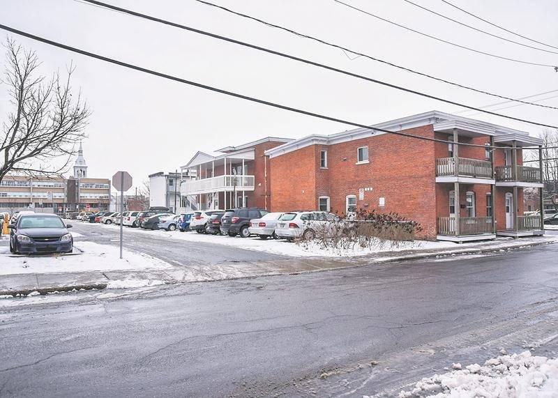 Les trois immeubles visés par l'avis d'expulsion de la Ville de Saint-Hyacinthe, en bordure du stationnement Centre-ville. Photo François Larivière / Le Courrier