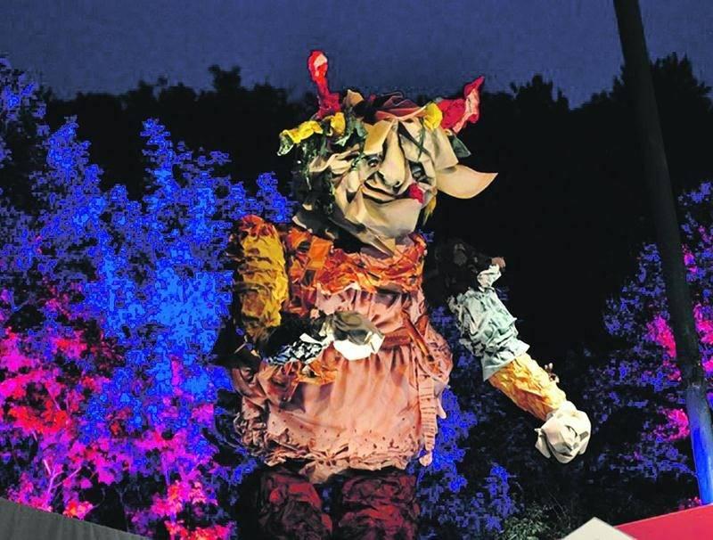 La marionnette géante Chiffonne fait plus de 25 pieds de hauteur. Théâtre de la Dame de Coeur