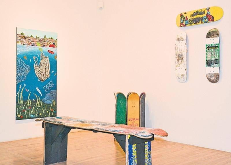 Certains étudiants ont réutilisé des objets pour créer leurs œuvres, comme ces planches à roulettes qui forment un banc et une poubelle dans Street View, de Kelly-Ann Girard, ou encore le sac en plastique apposé sur la toile 9,1 milliards, de Marie-Soleil Côté.