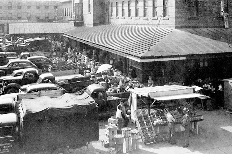 Scène de marché à la fin des années 1940, tiré de « Un avenir prometteur pour l'industrie – Saint-Hyacinthe à proximité de Montréal » non daté, page 35.
