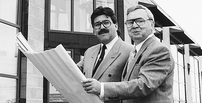 Jean et Germain Larivière devant l'entée principale après la reconstruction du magasin de Sainte-Rosalie, à la suite de l'incendie de 1990.