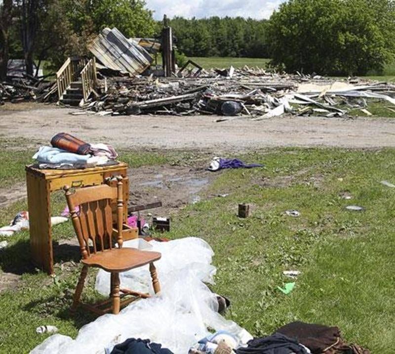 Plusieurs meubles étaient entreposés dans la remise où les flammes ont pris naissance, ce qui aurait alimenté le feu.