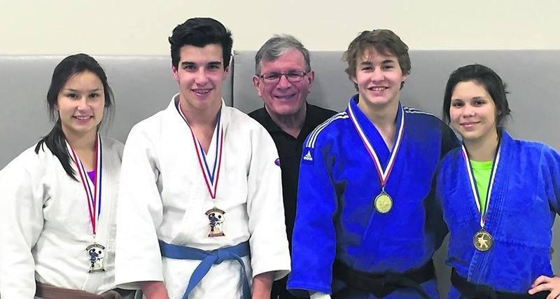 Les judokas Audrey Poirier, Alexandre Fortin, Benjamin Daviau et Sandrine Fournier sont tous montés sur le podium à l'Omnium du Québec. Ils sont accompagnés sur la photo par l'entraîneur du Club de judo de Saint-Hyacinthe, Louis Graveline (au centre). Photo Courtoisie