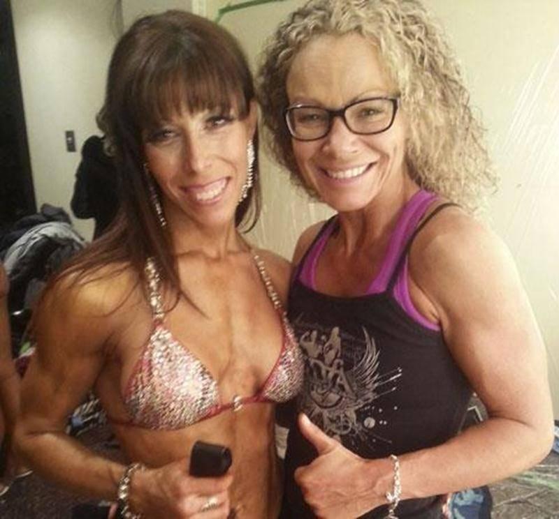 Martine Lemelin, en compagnie de son entraîneuse de poses, Bianca Beaulieu.
