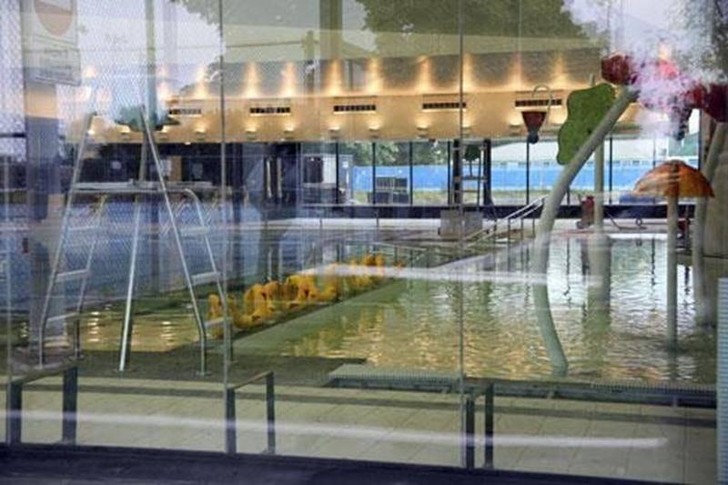 Ses grands bassins étant maintenant remplis d'eau, le tout nouveau Centre récréoaquatique de la rue Turcot est fin prêt à accueillir le grand public. Depuis lundi matin, la Corporation Aquatique Maskoutaine transfère graduellement les activités du Centre culturel vers le Centre récréoaquatique et le tout premier bain libre y aura lieu le samedi 24 septembre à 13 h 30. Les amateurs de natation seront très heureux d'apprendre que l'entrée aux bains libres sera gratuite jusqu'au 2 novembre. Les cér