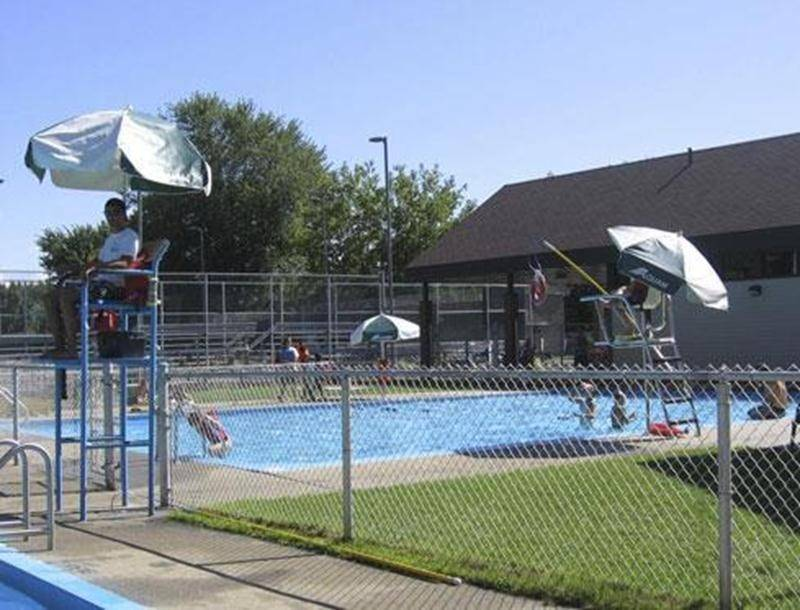 La Ville de Saint-Hyacinthe met gratuitement à la disposition des citoyens 8 piscines municipales, 5 pataugeoires et 5 jeux d'eau. Les jeux d'eau sont en fonction dès le début de juin jusqu'en octobre. Jusqu'au 22 juin, les piscines municipales ouvrent de 15 h 30 à 17 h 55. Du 23 juin au 19 août, l'horaire est de 13 h à 17 h 55. Lorsque la température dépasse les 22 degrés, on ouvre en soirée de 18 h 30 à 19 h 55. Pour plus de sécurité, il est important que les enfants soient accompagnés d'adult