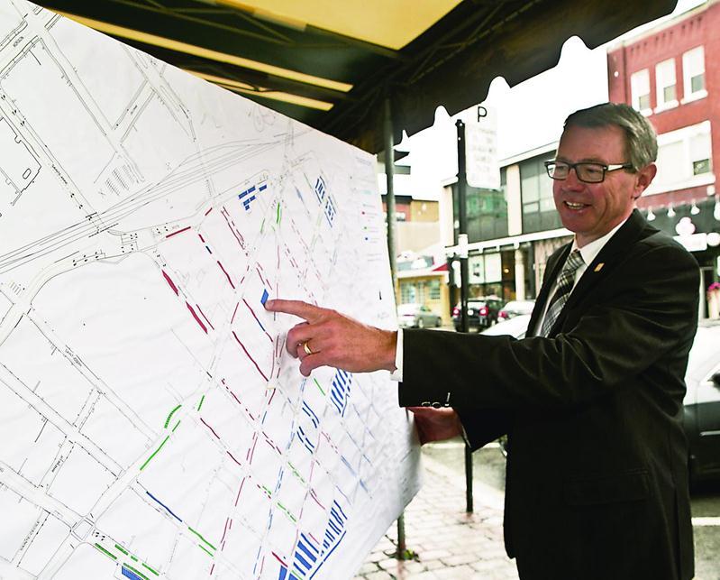 Le maire de Saint-Hyacinthe, Claude Corbeil, veut rassurer ses concitoyens à l'égard du plan de stationnement au centre-ville. Photo Robert Gosselin | Le Courrier ©