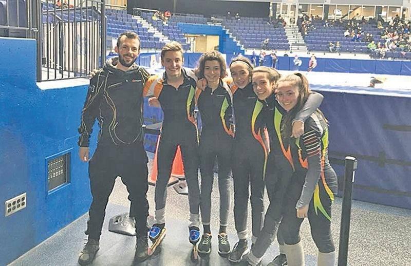 Cinq athlètes du Club de patinage de vitesse de Saint-Hyacinthe ont participé au championnat québécois par groupe d'âge, où les 16 meilleurs de chaque catégorie étaient réunis. On les voit en compagnie de l'entraîneur Olivier Godin (à gauche). Photo Facebook