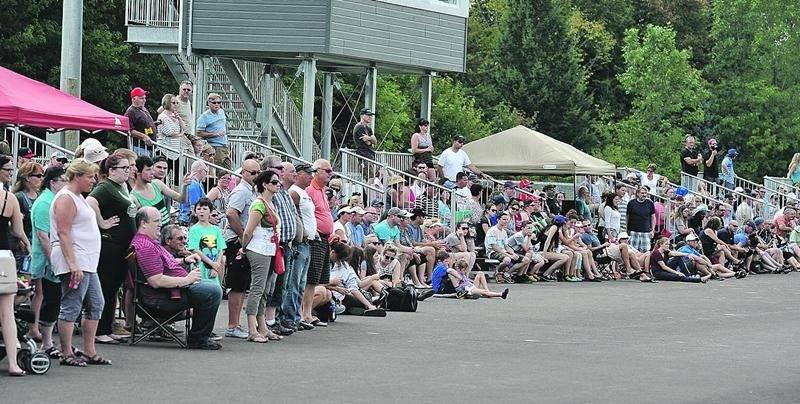 Une imposante foule s'est rassemblée sur les lignes de côté pour encourager les Lauréats. Photo François Larivière   Le Courrier ©