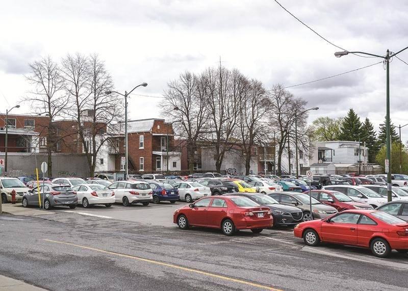 Cinq édifices à logements de la rue Saint-François doivent disparaîte en 2018 pour permettre un autre agrandissement de stationnement rendu nécessaire par le projet Réseau Sélection.   Photo François Larivière | Le Courrier ©