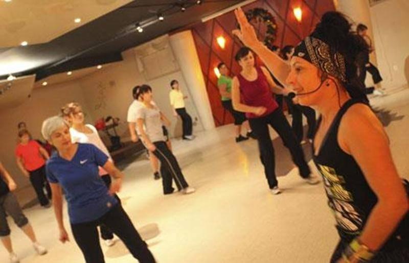 La musique latine et pop qu'elle utilise font de la zumba une activité physique de plus en plus populaire.