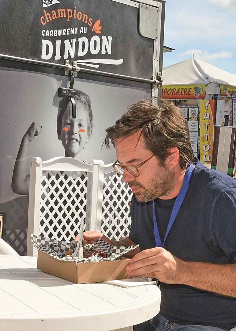 Benoit Roberge a savouré une poutine au pilon de dindon au kiosque Dindon du Québec lors de son passage à l'Expo agricole. « Le pilon était énorme, on se sentait comme dans les Pierrafeu », a-t-il illustré. Photo François Larivière | Le Courrier ©