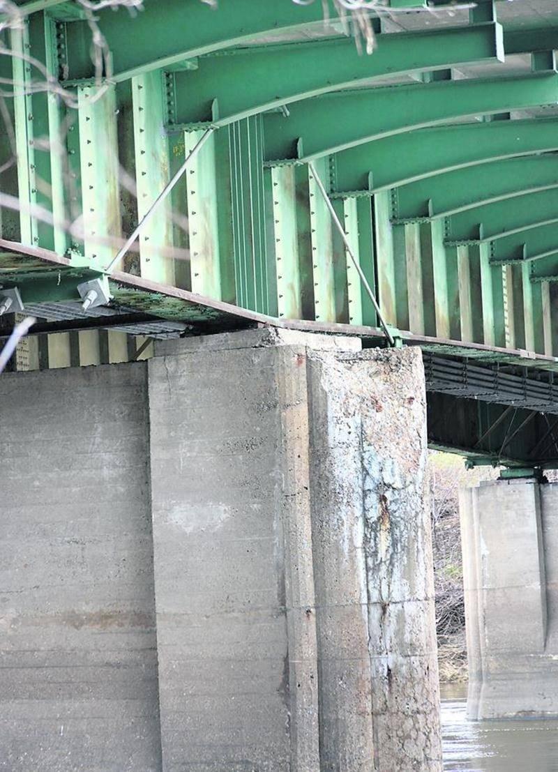 Le MTQ procédera à de nouvelles études pour savoir si le pont peut être solidifié temporairement pour le camionnage, en attendant sa reconstruction. Photo François Larivière   Le Courrier ©
