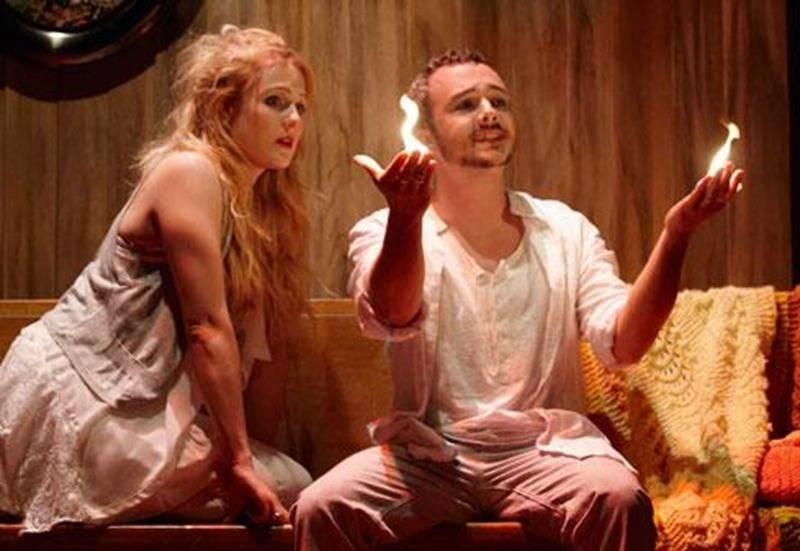 Marie-Soleil Dion et Vincent Bolduc y interprètent deux fantômes joyeux et espiègles qui surprennent et éblouissent les spectateurs avec des tours de magie.