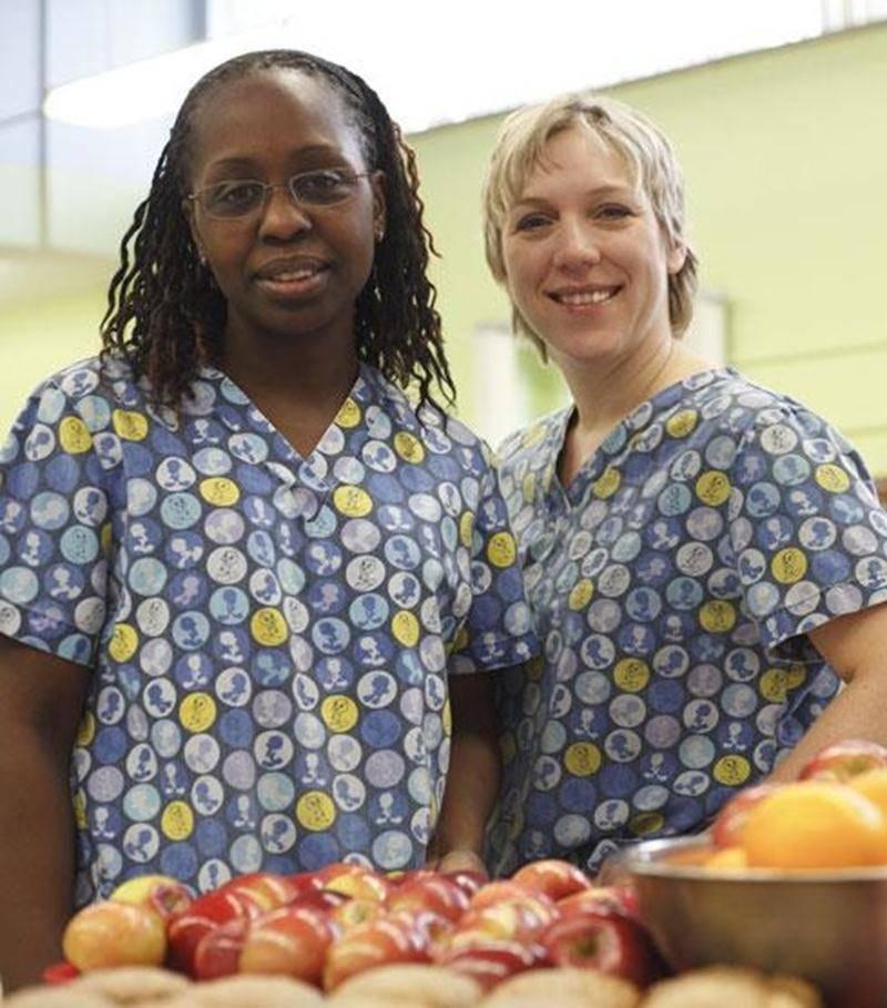 La Coopérative de solidarité de l'école Douville-Cafétéria fonctionne grâce à deux personnes, soit Éliane Bolus, à gauche sur la photo, fondatrice et gestionnaire et à la cuisinière, Nathalie Gaucher qui est aussi technicienne en diététique.