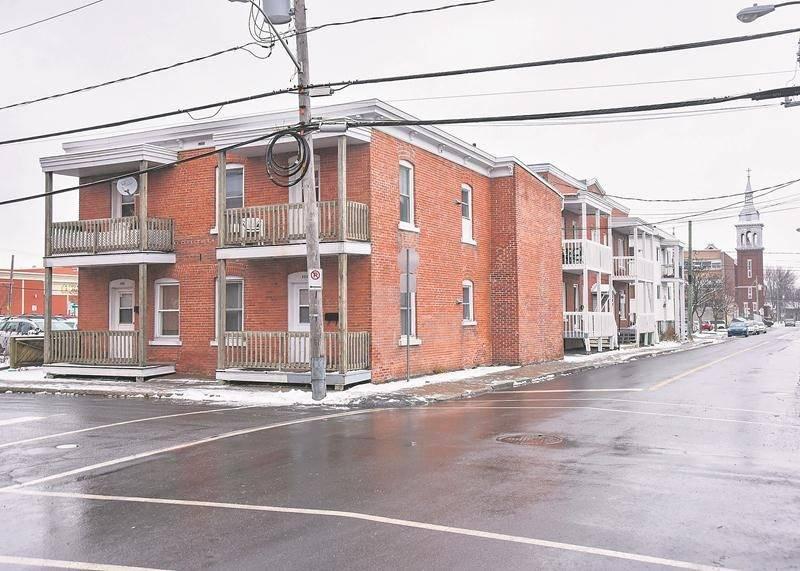 Ces trois édifices à logements longeant la rue Marguerite-Bourgeoys à partir de l'avenue Mondor sont appelés à disparaître pour permettre l'agrandissement du stationnement Centre-ville.   Photo François Larivière | Le Courrier ©