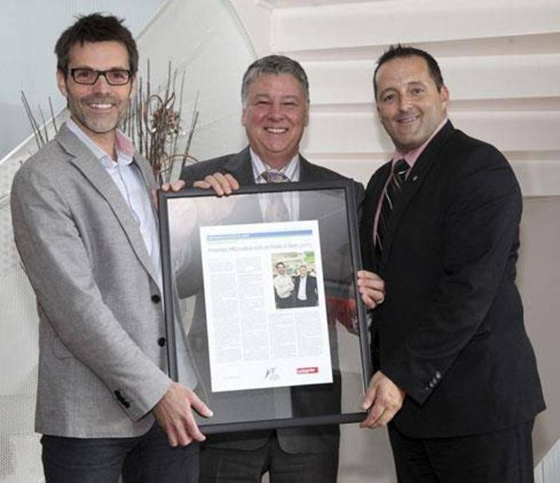 Dr Éric Nadeau et Michel Fortin sont accompagnés de Louis Gendron, président de la Chambre de commerce.