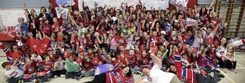 La fièvre du hockey a envahi le Service de garde de l'école Saint-Sacrement. Afin d'encourager le Canadien de Montréal, les enfants ont créé des drapeaux, des affiches et des logos.