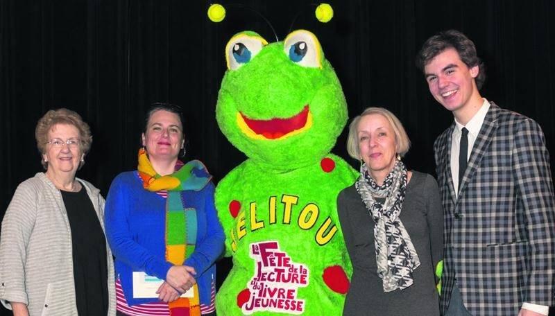 De gauche à droite : Ginette Dessureault, coordonnatrice du prix et présidente de l'Association des auteurs de la Montérégie; Julie Royer, gagnante du 2e prix; la mascotte Jelitou, Pierrette Dubé, gagnante du 1er prix; et Raphaël Grenier-Benoît, porte-parole de l'événement.Photo Gaétan Brunelle