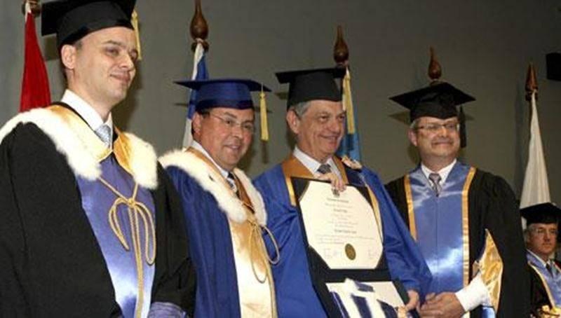 Le D<sup>r</sup> Bernard Vallat a reçu un doctorat <em>honoris causa</em> de l'Université de Montréal.