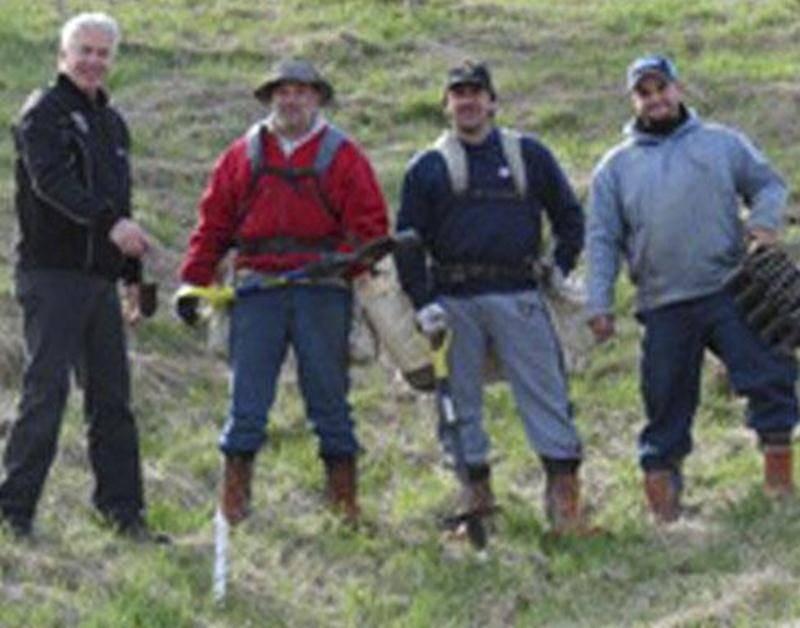 Le maire de Saint-Simon Normand Corbeil (à gauche de la photo) pose fièrement avec les trois employés des Services Forestiers Des Arbres Blancs.