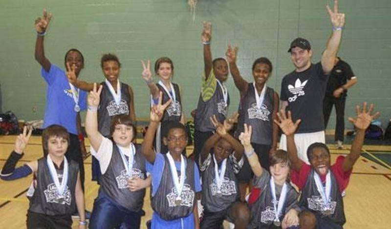Sur la photo, les jeunes de l'école Lafontaine ayant récolté une médaille d'argent dans la catégorie masculine compétitive grâce à leur belle performance.