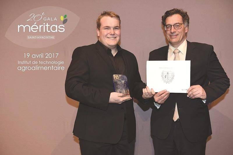 Jasmin Fréchette, finissant de l'ITA, a reçu une bourse de 1 000 $ des mains d'André Barnabé, directeur général de Saint-Hyacinthe Technopole.