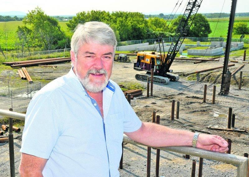 Benoit Paré, président et chef de l'exploitation du CTBM, pose devant l'endroit où sera construit une usine de traitement de boues d'Olymel. Photo François Larivière - Le Courrier