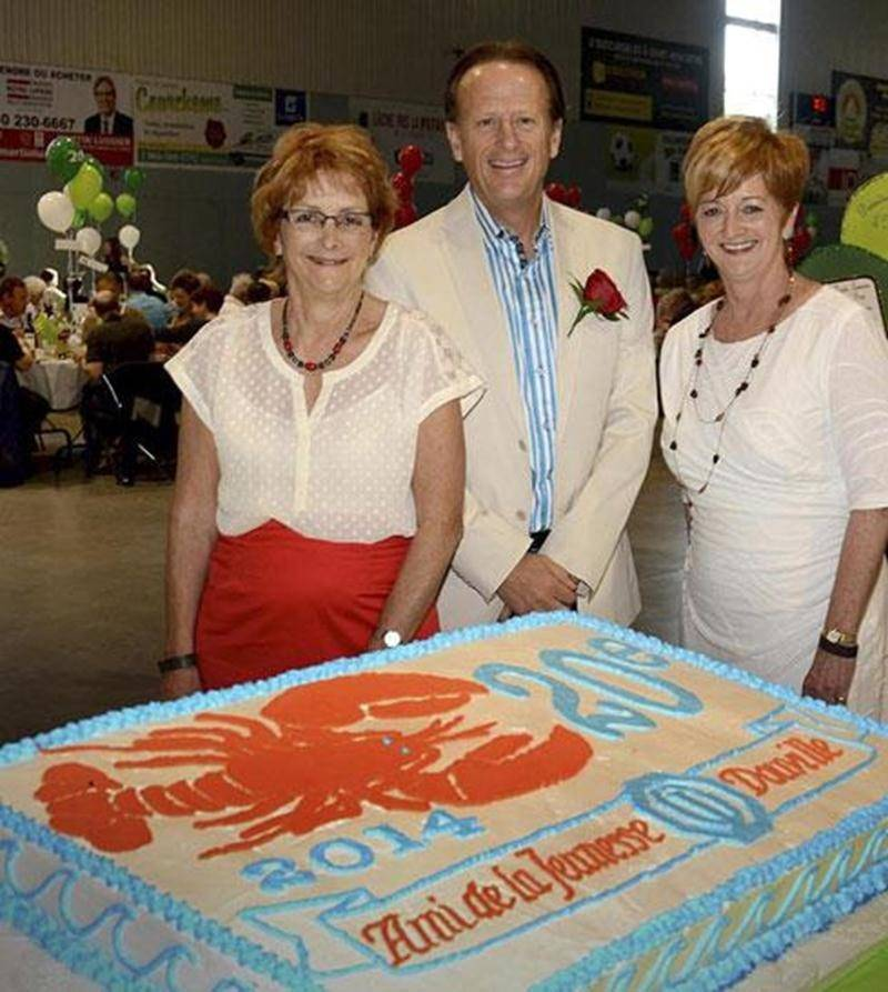 Jean Bédard, président d'honneur du 20 e souper-bénéfice Homard à volonté du Club Optimiste Douville, est entouré de Diane Lebel, à gauche, organisatrice du souper; et de Micheline Bienvenue, présidente du Club Optimiste Douville.