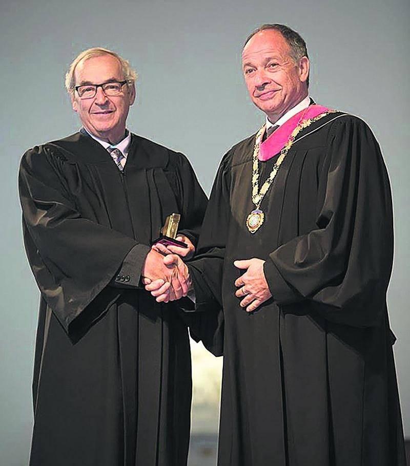 Fernand Létourneau, des Orgues Létourneau, pose avec son prix en compagnie du président sortant du Collège royal canadien des organistes, James Bailey. Facebook Orgues Létourneau